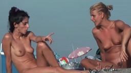 Mujeres naturistas bronceadas en la playa