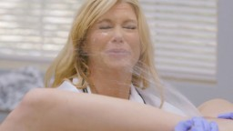 La ginecóloga Serene Siren diagnostica a la joven Kenzie Reeves como eyaculadora