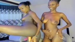 Dos chicas africanas se excitan con un consolador