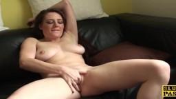 La británica Samantha Bentley se masturba y lame su jugo en el sofá