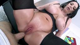 La australiana Angela White tiene un orgasmo anal con la gran polla de Logan