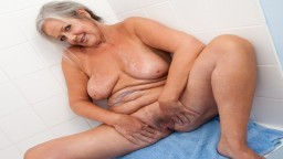 La abuela británica April Thomas pasa un buen rato en el cuarto de baño