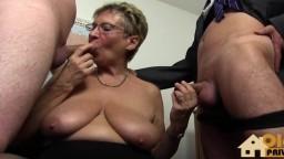 Una vieja secretaria alemana tomada por dos pitos