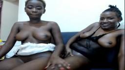 Dos lesbianas africanas se calientan delante de la webcam