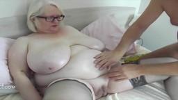 Amasa las grandes tetas de la abuela con aceite