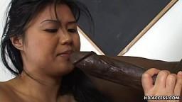 Una chica asiática recibe una enorme polla negra en su coño