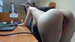 Una amatriz con un gran cuerpo se masturba en el trabajo