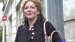 Una buena madre de familia francesa recibe una doble penetración