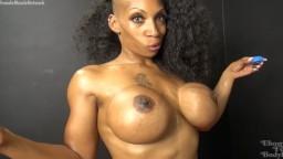 Una culturista negra con un hermoso cuerpo musculoso
