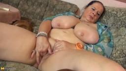 Una alemana gorda y madura con enormes pechos y un coño hambriento