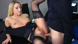 La rubia francesa Kelly Pix es sodomizada en la oficina