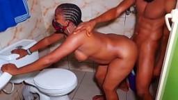 Quiere follarse a esta chica africana rápidamente antes de que su hermano vuelva