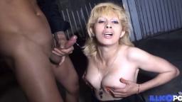 La mama beurette Zhelia es follada en un garaje