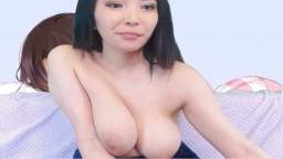 Una coreana de 18 años muestra sus grandes tetas y su coño en la webcam