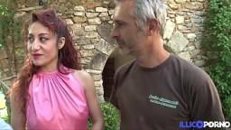 Dana, una sensual pelirroja italiana, recibe una polla en el culo