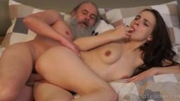 Un viejo profesor barbudo se folla a la joven rusa Milana Witch