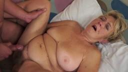La abuela es follada y eyaculada sobre su vientre
