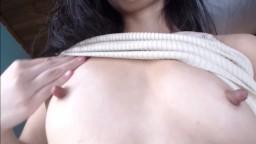 Esta mujer tiene pechos pequeños y pezones largos