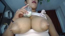 La latina Elena prefiere beber leche de la fuente