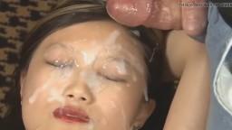 Una chica filipina tiene la cara cubierta de semen