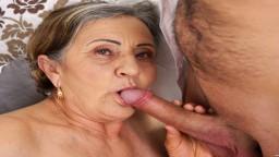 La abuela peluda se deja follar el coño a fondo