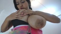 Una mujer latina bebe leche de sus enormes pechos